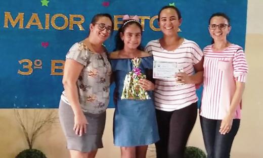 Anne Priscila foi premiada pela escola