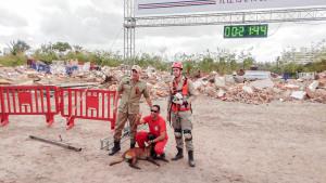 Sargento Mollo (D) e soldado Alef (agachado) e a Sky na conquista da certificação nacional