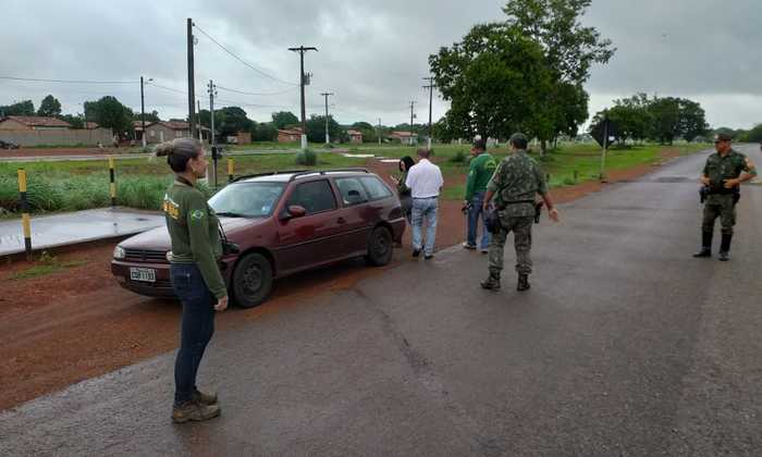 Fiscais do Naturatins e policiais do BPMA verificam carros em blitz em Araguacema