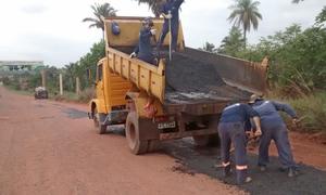 Em outros pontos, foram realizados tapa-buracos no asfalto