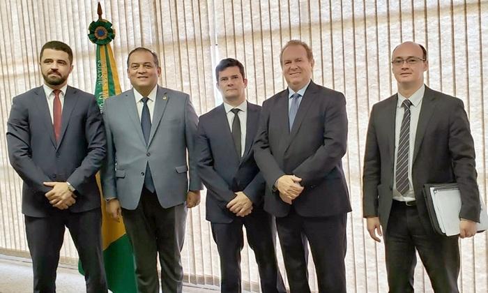 Governador Mauro Carlesse em audiência ministro da Justiça, Sérgio Moro - acompanhado do senador Eduardo Gomes e dos secretários Heber Fidelis e Cristiano Sampaio
