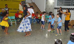 Estudantes se divertem com apresentações e intervenções da comunidade Quilombola Malhadinha, no Colégio Sagrado Coração de Jesus, de Porto Nacional
