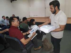 Participantes recebem material do curso de Restauração Ambiental