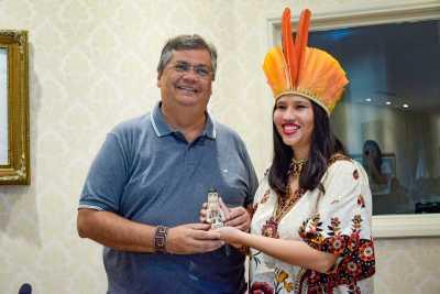 A representante no GT Narúbia Werreria presenteia o governador do Maranhão Flávio Dino com a boneca ritxoko
