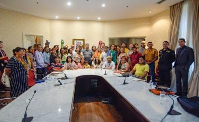 Governador do Maranhão, Flávio Dino recebe lideranças indígenas da Amazônia Legal e membros do GCF no Palácio dos Leões