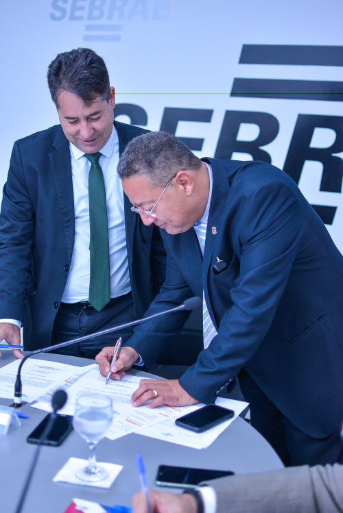Tom Lyra assina termo de posse no Conselho Deliberativo do Sebrae