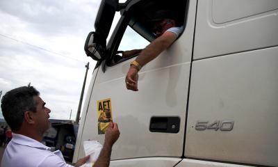 Agentes entregaram kits e deram orientações quanto à segurança no transporte de cargas em veículos com dimensões ou cargas especiais