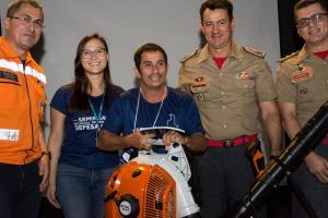 Representantes de Talismã João Carlos, recebeu o assoprador doado pela Energia