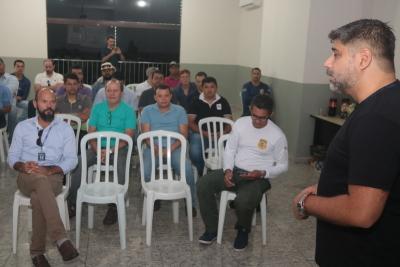 Instrutor ministra o treinamento