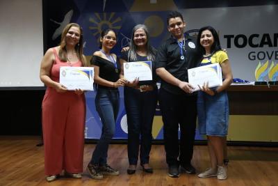 Superintendente Amanda Costa e coordenadora Rosilene entregam certificados aos participantes