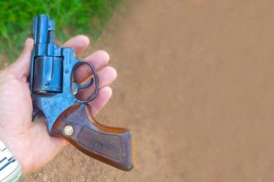 Uma arma de fogo foi apreendida pela PM com o suspeito.