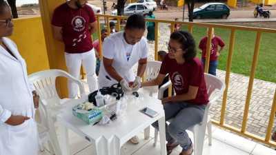 Pessoas da comunidade recebem serviço de saúde