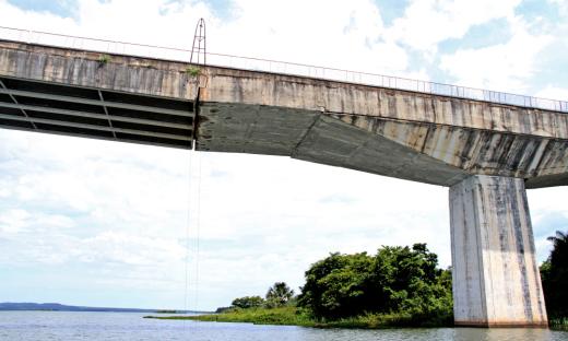 Ponte encontra-se com restrições ao tráfego acima de 3,5 toneladas, desobedecer sinalização é colocar vida em risco