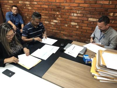 O presidente da Comissão Especial de Licitação de Bens Imóveis da Companhia (Celbi), Valter José de Faria Junior realiza abertura de Proposta na presença de corretores intermediadores de propostas.JPG