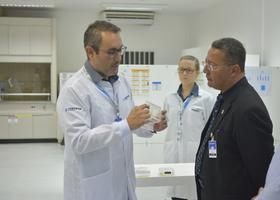Pesquisador da Corteva detalha procedimentos de pesquisa científica com sementes ao secretário