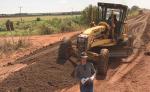 Realização de um trabalho preventivo e corretivo da via, com a execução de patrolamento, revestimento primário e melhorias no sistema de drenagem