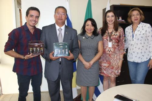 Secretário Tom Lyra com empresários do ramo de temperos,Crimério, e diretora do Senai, Márcia Rodrigues.