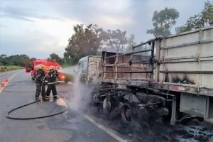 Carreta fica praticamente destruída pelo fogo nas proximidades de Nova Olinda