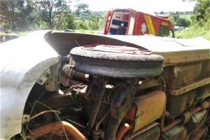 Capotamento na BR-153 levou duas vítimas para o hospital
