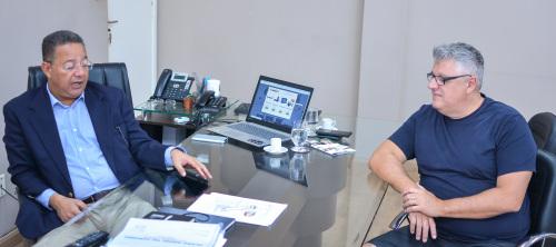 Secretário Tom Lyra e o empresário Marcos Lemos durante encontro na Sics