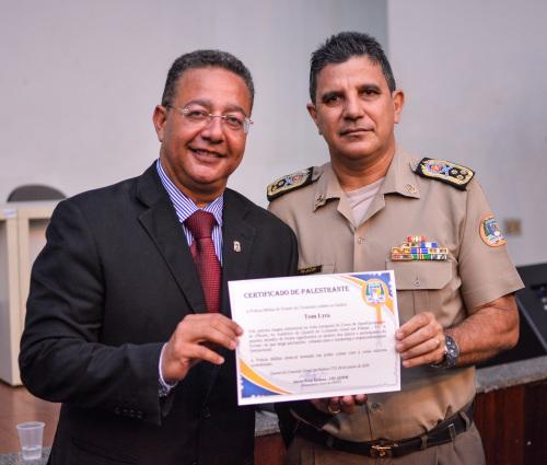 Tom Lyra recebeu das mãos do comandante geral, Jaizon Barbosa, um certificado de agradecimento pela palestra magna ministrada aos 29 alunos participantes do curso de aperfeiçoamento de oficiais