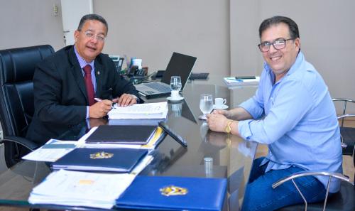 Secretário com o proprietário da Cremolat Marco Antonio durante entrega de Tare assinado