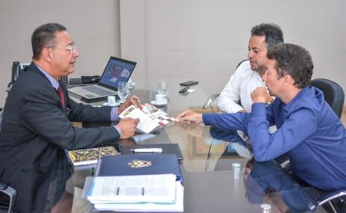 Tom Lyra apresentou a Kleber e Ronaldo (d) os incentivos fiscais oferecidos pelo Estado