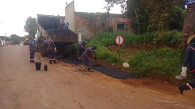 Em Porto Nacional, ruas de acesso à balsa estão recebendo serviços de manutenção corretiva.