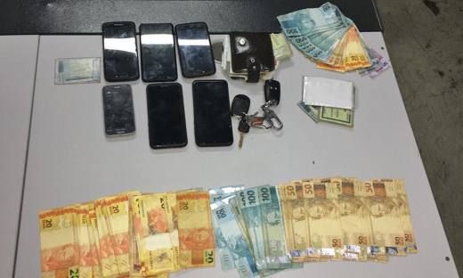 Dinheiro e celulares apreendidos com os suspeitos