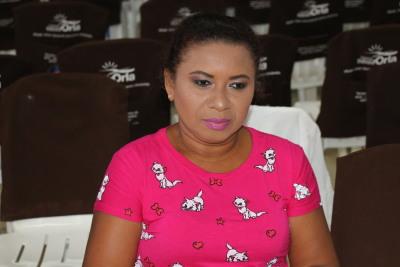 Foto 4 - Ediane Rodrigues da Silva aguarda o cabeleireiro (Doemi Cintra).JPG