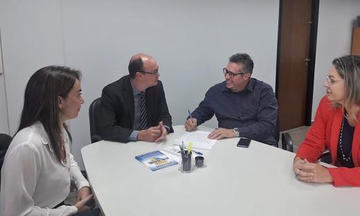 Secretário Cristiano Sampaio e presidente Sebastião Albuquerque assinam termo de doação de madeiramento