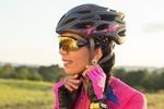 Ciclista ajustando capacete.