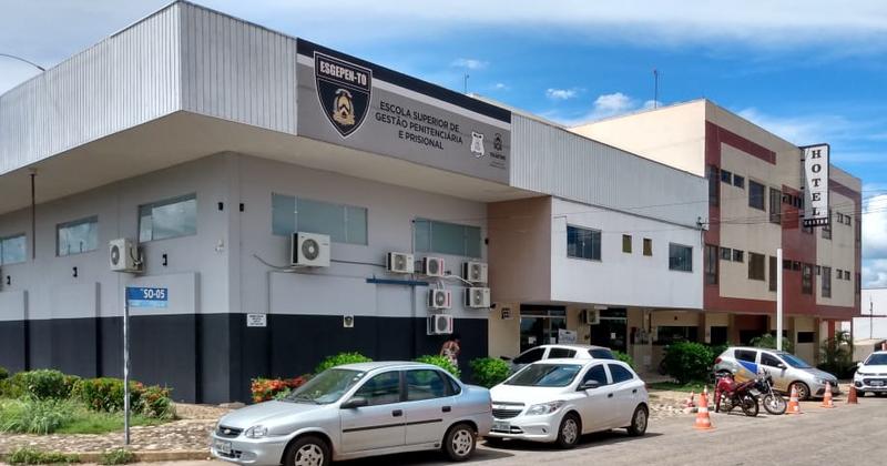 O prédio fica entre a Escola de Gestão Penitenciária (Esgepen) e Prisional e o Hotel Castro