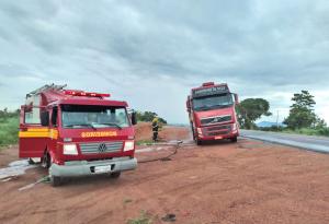 Com chegada rápido ao local, bombeiros militares inibem ação do fogo em carreta