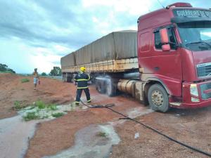 Bombeiro militar contém possibilidade de chamas em caminhão ao resfriar o sistema de freios