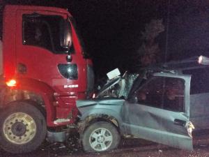 Vítimas ficaram presas na cabine da camionete e foram socorridas pelo Corpo de Bombeiros Militar