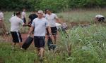 Policiais Militares retiram objetos que podem acumular água da chuva