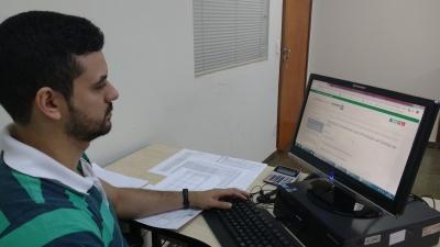 Contador da CGE, Rivaldo Soares do Nascimento, prepara  documentação para prestação de contas do órgão