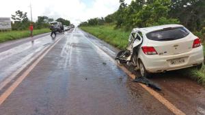 Veículo bateu na traseira do caminhão quando seguia e direção a Porto Nacional