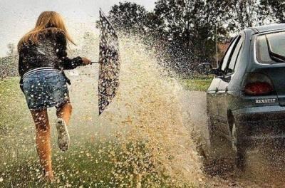 Veículo arremessando lama em pedestre