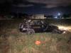 Carro em que estavam as vítimas parou fora da pista com o capotamento