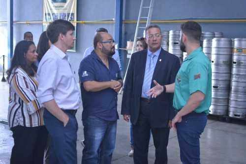 Rafael Barros (d) mostrou produtos usados na fabricação de bebidas.