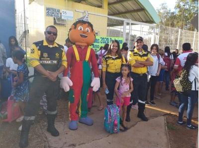Equipe de Fiscalização e Educação para o Trânsito com alunos da escola municipal.
