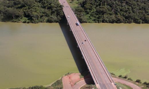 Vista aérea da ponte sob o Ribeirão Taquaruçu