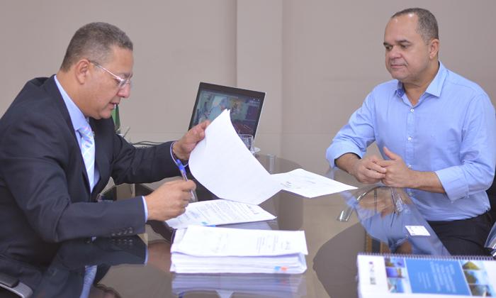 Secretário assina Tare com a Cooperfrigu na presença do vice-presidente Tarcísio Goiabeira