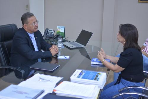 Secretário com a prefeita de Lizarda, professora Sussu, em reunião no gabinete