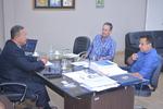 Secretário com o prefeito de Palmeirópolis Fábio em reunião no Gabinete