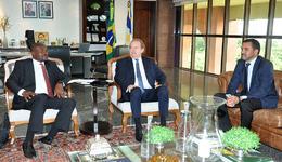 O governador do Estado do Tocantins, Mauro Carlesse, recebeu nesta segunda-feira, 17, o embaixador da África do Sul no Brasil, Ntshikiwane Joseph Mashimbye
