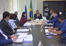 Secretário analisa pauta da reunião junto com os conselheiros