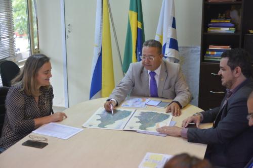 Secretário Tom Lyra apresenta  mapa etnoturístico aos técnicos da Sefaz durante reunião que discutiu o projeto Tocantins 2040